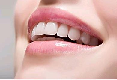 黄牙即是牙齿发黄,形成的原因有三种:第一种是斑